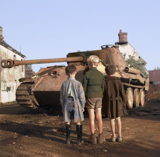 Three French Boys Look At A Knocked-Out German Panther Tank In The Falaise Pocket. Near Falaise, Lower Normandy, France. 25th August 1944. Foto colorizada pela brasileira Marina Amaral.