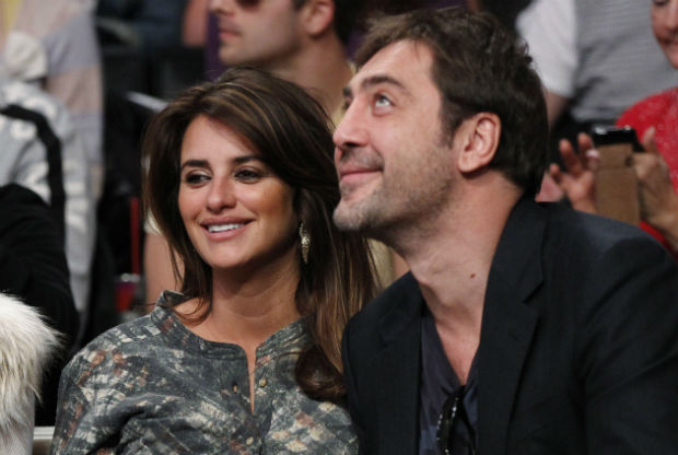 ORG XMIT: DLM39 Actors Penelope Cruz (L) and Javier Bardem attend the NBA basketball game between Miami Heat and Los Angeles Lakers at the Staples Center in Los Angeles December 25, 2010. REUTERS/Danny Moloshok (UNITED STATES - Tags: SPORT BASKETBALL ENTERTAINMENT)