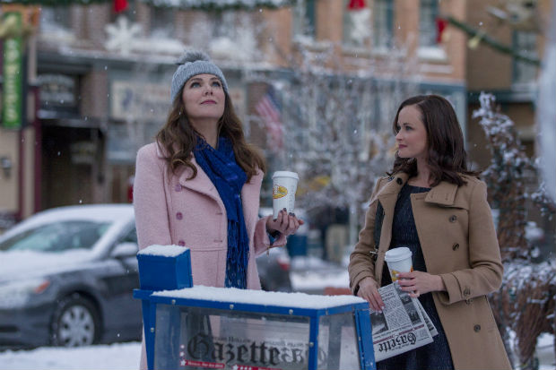 Lauren Graham e Alexis Bledel em cena de 'Gilmore Girls: A Year in the Life