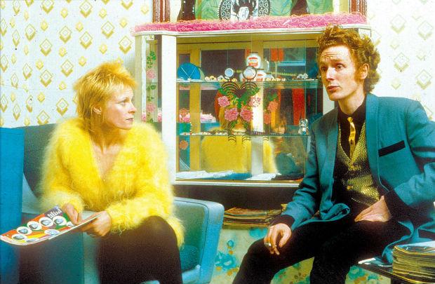 ORG XMIT: 304401_0.tif A estilista Vivienne Westwood e o artista britânico Malcolm McLaren, então um casal, em sua loja Let It Rock. (Foto Divulgação)