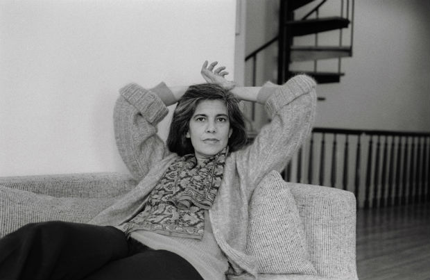 "ORG XMIT: 480301_1.tif Literatura: a escritora norte-americana Susan Sontag em 1979. 23 Mar 1979 --- Susan Sontag relaxes on a sofa. Sontag is an American ""new intellectual,"" writer, and commentator on modern culture. She has published essays, novels, and short stories, and written and directed films. Her work on experimental art in the 1960s and 1970s and on a variety of societal issues has had a great impact on American culture. --- Image by � Sophie Bassouls/CORBIS SYGMA"