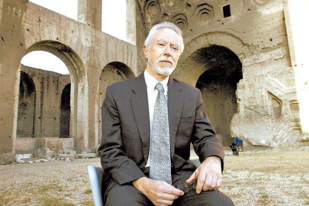 ORG XMIT: 502601_0.tif Literatura: o escritor sul-africano J. M. Coetzee, em Roma, It�lia. South-African writer John M.Coetzee, Nobel Price for literature, poses for photographers in Rome, 22 June 2004 during a literature festival. AFP PHOTO/ Tiziana FABI