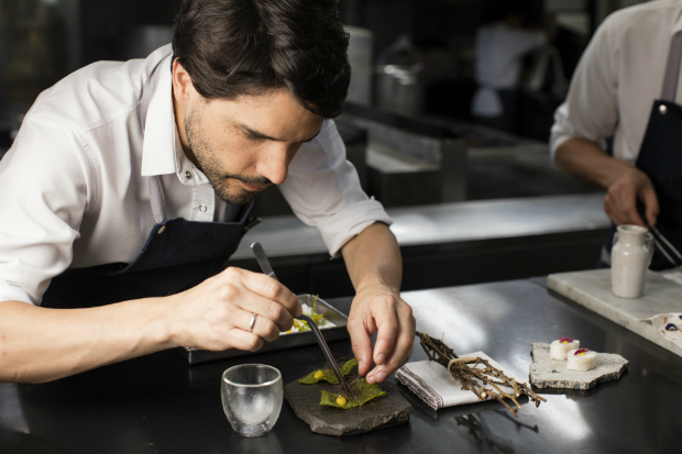 "Virgilio Martinez, do restaurante Central, em cena do documentario ""Chef's Table"""