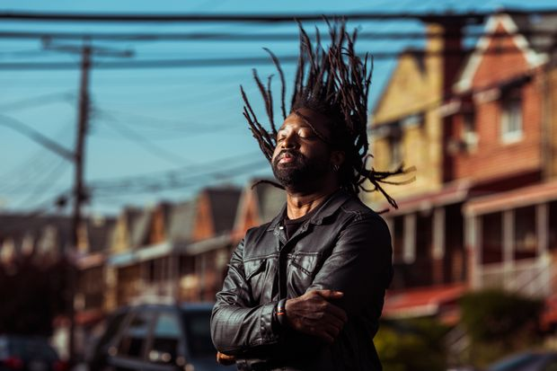 FILE -- A portrait of writer Marlon James, the Jamaican novelist, in the Baychester neighborhood of the Bronx, New York, Sept. 20, 2014. James won the Man Booker Prize in October, 2015, for his novel �€A Brief History of Seven Killings,�€ a raw, violent epic that uses the attempted assassination of Bob Marley in 1976 to explore Jamaican politics, gang wars and drug trafficking. James is the first Jamaican-born author to win the Man Booker, Britain�€s most prestigious literary award. (Bryan Derballa/The New York Times) ORG XMIT: NYT8 ***DIREITOS RESERVADOS. N�O PUBLICAR SEM AUTORIZA��O DO DETENTOR DOS DIREITOS AUTORAIS E DE IMAGEM***