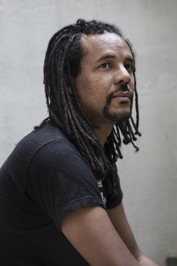 The author Colson Whitehead at his home in New York, July 28, 2016. Whitehead�€�ôs newest book, �€�úThe Underground Railroad,�€�ù follows a 15-year-old slave named Cora as she escapes north via a literal network of underground tracks and trains. Oprah Winfrey made it her latest book club pick on Aug. 2. (Sunny Shokrae/The New York Times) ORG XMIT: XNYT72 ***DIREITOS RESERVADOS. N�O PUBLICAR SEM AUTORIZA��O DO DETENTOR DOS DIREITOS AUTORAIS E DE IMAGEM***
