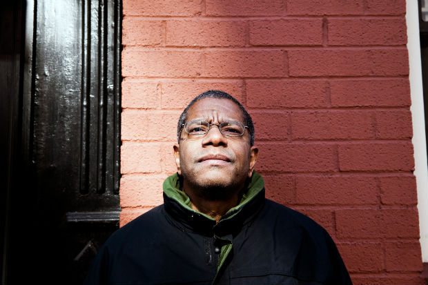 *** ALTA*** FILE Paul Beatty, author of O The Sellout,O in New York, Feb. 15, 2015. OThe Sellout,O a satire that wrenches humor out of subjects like slavery, police violence and segregation, won the National Book Critics Circle Award for fiction on March 17, 2016. (Alex Welsh/The New York Times) ORG XMIT: XNYT206 ***DIREITOS RESERVADOS. N�O PUBLICAR SEM AUTORIZA��O DO DETENTOR DOS DIREITOS AUTORAIS E DE IMAGEM***