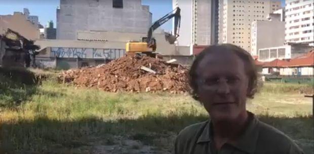 O advogado Michel Rosenthal Wagner em frente à escavadeira em um dos vídeos do Oficina
