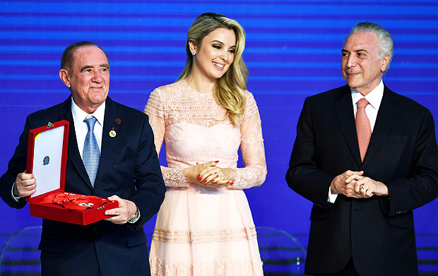 Brazilian President Michel Temer (R) and First Lady Marcela Temer decorate Brazilian comedian and UNICEF ambassador Renato Aragao, during the Order of Cultural Merit Ceremony at the Planalto Palace in Brasilia on December 19, 2017. / AFP PHOTO / EVARISTO SA ORG XMIT: ESA1119