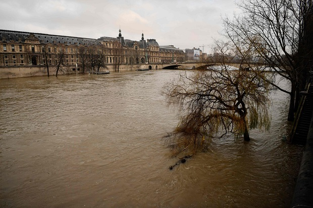 A picture taken on January 9, 2018 shows the river Seine after it burst its banks near the Louvre Museum, in Paris. / AFP PHOTO / CHRISTOPHE SIMON