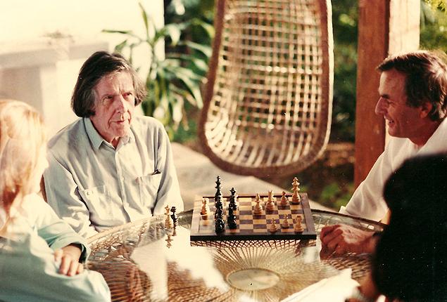 Jocy de Oliveira (esq.) e Luciana Villas-Boas observam partida entre John Cage (ao centro) e Fredrik Kirsebom