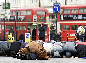 ORG XMIT: 365901_1.tif Muçulmanos rezam na rua perto de mesquita em Londres. Muslims participate in Friday prayers in the street outside the North London Central Mosque Friday Feb. 28, 2003. The mosque has been closed since a British anti-terrorist police raid. (AP Photo/Max Nash)