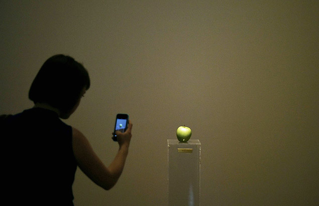 "A instala��o ""Apple"" na mostra ""Yoko Ono: One Woman Show, 1960-1971"" no MoMA"