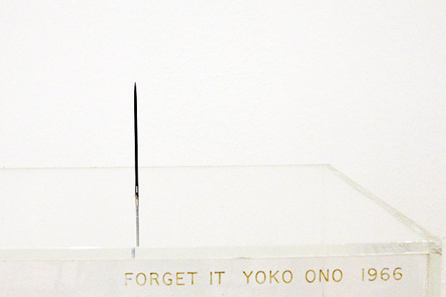 "A obra ""Forget It"" (esque�a) na mostra ""Yoko Ono: One Woman Show, 1960–1971"" no MoMA"