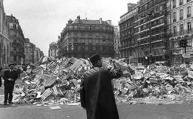 "Maio de.68: FILE -- Lixo acumulado em Paris durante greve de limpadores de.rua. Detritus pile up in the Paris streets during a street sweeper strike on May 21, 1968. Thirty years later, France is still grappling with the legacy of the would-be student revolution simply known as ""May '68"", with greater intensity than ever. [AP Photo/fls]*** NÃO UTILIZAR SEM ANTES CHECAR CRÉDITO E LEGENDA***"