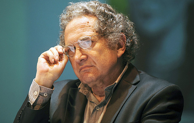 """(FILES) This file photo taken on August 03, 2011 shows Argentine writer Ricardo Piglia during an event where he received the Romulo Gallegos Award, in Caracas, for his novel """"Blanco Nocturno"""". Piglia died on January 6, 2017 at the age of 75, in Buenos Aires. / AFP PHOTO / LEO RAMIREZ ORG XMIT: LR200"""