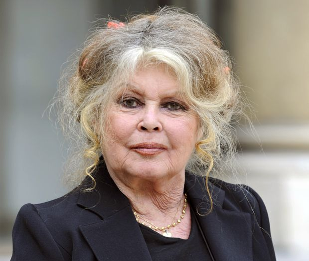 "ORG XMIT: 0008 (FILES) A picture taken on September 27, 2007, in Paris, shows French former actress Brigitte Bardot. Bardot, in a statement released on December 19, 2012, gave her support to French actor Gerard Depardieu. Depardieu has joined some of France's wealthiest business figures in Belgium following moves by President Francois Hollande's Socialist government to tax annual incomes above one million euros ($1.3 million) at 75 percent. Depardieu said on December 16, he is giving up his French passport after French Prime Minister Jean-Marc Ayrault called him ""pathetic"" for seeking to avoid taxes by moving to Belgium. AFP PHOTO ERIC FEFERBERG *** FOTO EM ARTE E NÃO INDEXADA ***"