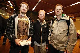 Da esq. para dir., os fundadores do Pirate Bay: Fredrik Neij, Gottfrid Svartholm e Peter Sunde, após julgamento do site