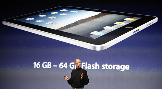 O executivo-chefe da Apple, Steve Jobs, apresenta o iPad, computador tablet da empresa, em San Francisco