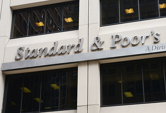 """(FILES) This September 18, 2012 file photo shows a sign for Standard & Poor's rating agency in front of the company headquarters in New York. US rating firm Standard & Poor's said February 3, 2015 it had agreed to pay $1.37 billion to settle lawsuits that it overrated mortgage bonds at the heart of the """"subprime"""" housing crisis. S&P said it had not admitted to any legal violations in the settlements, which resolve 2013 lawsuits filed by the US Department of Justice, 19 states and the District of Columbia. Under a separate settlement with California pension fund CalPERS over mortgage deals, the company will pay $125 million. S&P said it would pay $687.5 million to the Justice Department and $687.5 million to the states and Washington, DC. AFP PHOTO/Emmanuel Dunand ORG XMIT: ED1801"""