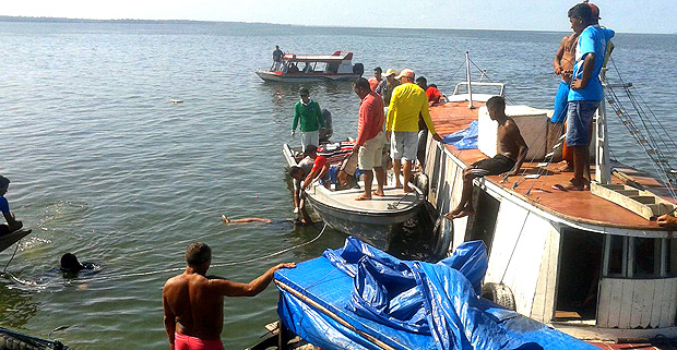 Rescuers search on August 23, 2017 for bodies of missing passengers from a boat carrying 70 passengers that capsized Tuesday night while sailing on the Xingu river