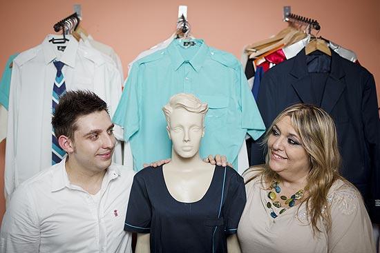 A empresaria Ideli da Conceição e o filho Bruno da Conceicao na empresa da familia, Scalon Uniformes, na zona Leste de Sao Paulo