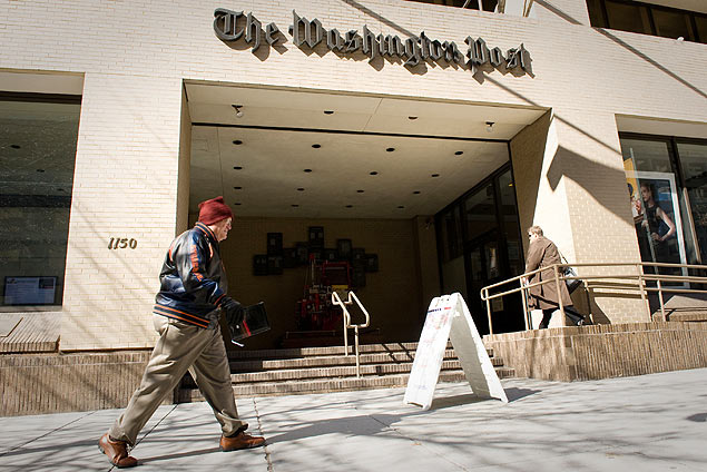 A man walks by The Washington Post Building in downtown Washington, D.C., U.S., on Wednesday, Feb. 25, 2009. Washington Post Co., publisher of the namesake newspaper and Newsweek magazine, said fourth-quarter profit fell 77 percent as advertising sales declined and it wrote down the value of some assets. Photographer: Ken Cedeno/Bloomberg News ***DIREITOS RESERVADOS. NO PUBLICAR SEM AUTORIZAO DO DETENTOR DOS DIREITOS AUTORAIS E DE IMAGEM***