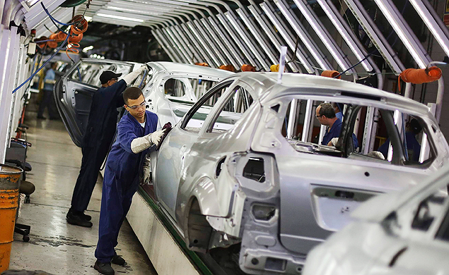 Trabalhadores na produção de automóveis da montadora Ford, em São Bernardo do Campo (SP). O Governo pode elevar a quantidade exigida de auto-peças brasileiras em um véiculo para que as montadoras recebam os incentivos fiscais previstos no regime automotivo. *** Brazilian workers polish Ford cars on a assembly line at Sao Bernardo do Campo Ford plant, near Sao Paulo August 13, 2013. The pace of vehicle production in Brazil slipped in July to the lowest daily rate in five months as factories, facing sagging consumer confidence, scaled back output, industry data showed on August, 6. Anfavea, the national automakers association, said automobile production in Brazil fell 2.7 percent from June, even though July had three additional work days. Factories produced about 13,600 cars a day, the lowest rate since February. REUTERS/Nacho Doce (BRAZIL - Tags: TRANSPORT BUSINESS EMPLOYMENT)