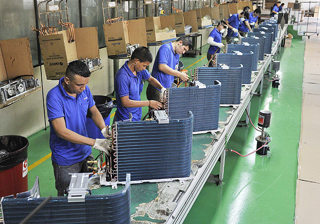 Employees work at a production line in a factory of the Chinese brand Gree, in Manaus June 24, 2014. Picture taken June 24, 2014. REUTERS/Jianan Yu (BRAZIL - Tags: BUSINESS EMPLOYMENT) ORG XMIT: PEK03
