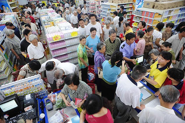 Consumidores na fila do caixa de supermercado em Hefei (China)
