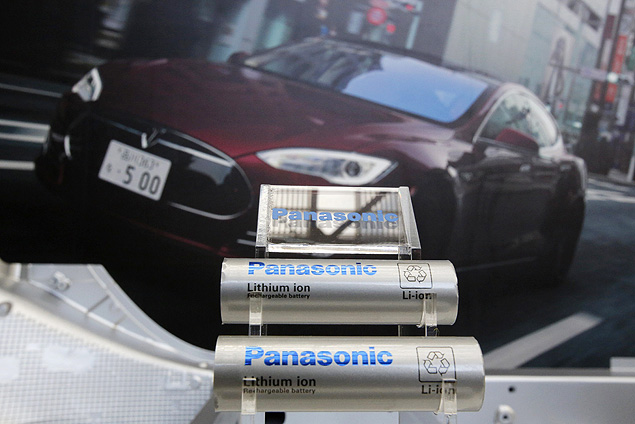 Panasonic Corp's lithium-ion batteries, which are part of Tesla Motor Inc's Model S and Model X battery packs, are displayed in front of a poster of a Tesla Model S during a news conference at the Panasonic Center in Tokyo, ahead of the 2013 Tokyo Motor Show, November 19, 2013. The Tokyo Motor Show will be held from November 22 to December 1. REUTERS/Yuya Shino (JAPAN - Tags: TRANSPORT BUSINESS) ORG XMIT: TOK300