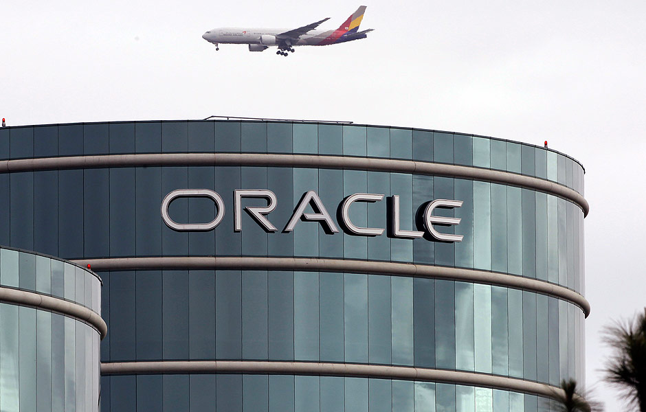 FILE - In this Tuesday, March 20, 2012, file photo, a plane flies over software maker Oracle Corp.'s headquarters in Redwood City, Calif. Oracle is buying Micros Systems Inc., which provides software and hardware to the hospitality and retail industries, for about $5.3 billion, the companies announced Monday, July 23, 2014. (AP Photo/Paul Sakuma, File) ORG XMIT: NYBZ167 - As Mais/Carreiras e Negócios