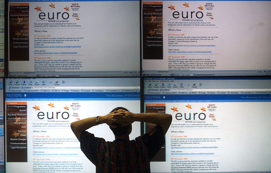 Operador observa pain�is com informa��es sobre cota��es do euro, em Londres