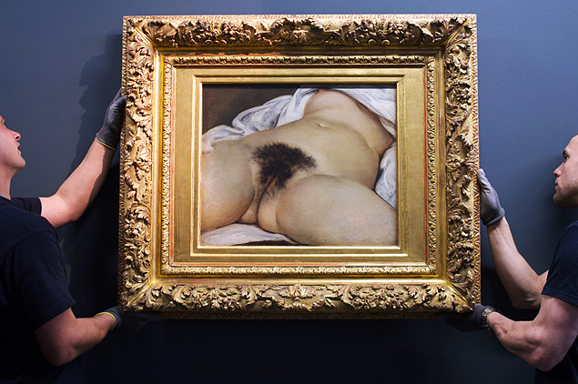 "(FILES) -- This file photo taken on June 3, 2014, in Ornans, eastern France, shows two museum employees installing French 19th Century painter Gustave Courbet's 1866 oil on canvas ""L'origine du monde"" (The origin of the World) at the Courbet museum. A Paris court ruled on March 5, 2015 that US-based social media site Facebook can be judged in France, in a case brought by a French user whose Facebook account was blocked by the company after he posted a photo of Courbet's painting to promote a television program on the painter. AFP PHOTO / SEBASTIEN BOZON ORG XMIT: 100 ***DIREITOS RESERVADOS. NÃO PUBLICAR SEM AUTORIZAÇÃO DO DETENTOR DOS DIREITOS AUTORAIS E DE IMAGEM***"