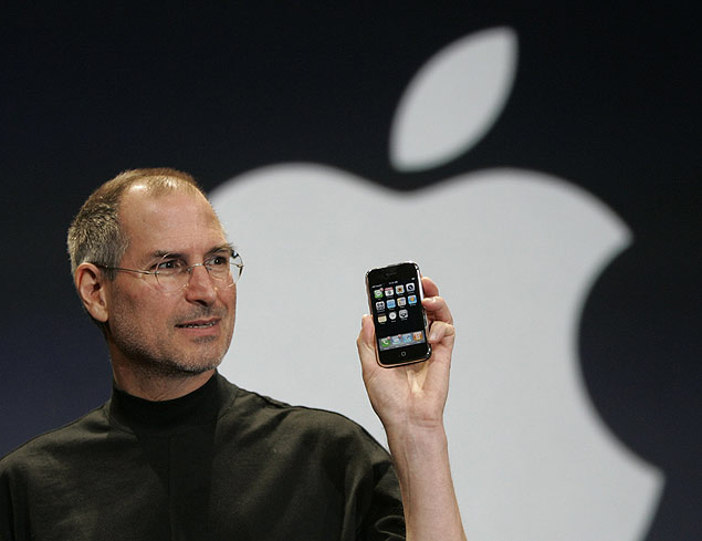 """digitalização"" ORG XMIT: 260501_1.tif Steve Jobs, presidente da Apple, durante exposição com o Iphone, em São Francisco, Califórnia (EUA). Apple CEO Steve Jobs holds up the new iPhone during his keynote address at MacWorld Conference & Expo in San Francisco, Tuesday, Jan. 9, 2007. (AP Photo/Paul Sakuma)"