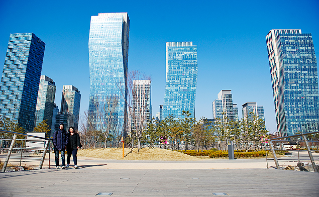 SONGDO, SOUTH KOREA - MARCH 25: Pedestrians walk the paths and bridges along a seawater canal in Songdo's Central Park which serves as a green space in Songdo International Business District on March 25, 2013 in Songdo, Incheon, South Korea. Built on reclaimed land on Incheon's waterfront next to the Yellow Sea, Songdo is a 'Smart City' and an aerotropolis built by Gale International, a development company that launched Songdo IBD. (Photo by Ann Hermes/The Christian Science Monitor via Getty Images) ****FOTO COM CUSTO PARA MERCADO ONLINE **** ORG XMIT: 136356848 ***DIREITOS RESERVADOS. NÃO PUBLICAR SEM AUTORIZAÇÃO DO DETENTOR DOS DIREITOS AUTORAIS E DE IMAGEM*** Songdo, na Coreia do Sul, é uma cidade inteligente que está sendo construída em torno de um aeroporto e que terá 40% de áreas verdes. O projeto conta com controle inteligente de tráfego, wireless, programas de reciclagem de lixo e uso consciente da energia e da água. - digitalização