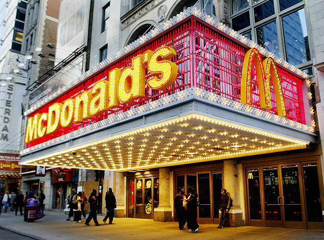 ORG XMIT: 412301_1.tif Fachada de loja da rede de fast food Mc Donald((Â:C2))s, na Times Square, em Nova York (EUA). People pass a McDonald's restaurant on 42nd Street in Times Square in New York on December 17, 2002. McDonald's Corp., the world's largest restaurant company, warned on Tuesday it would post its first-ever quarterly loss after cutting jobs and closing restaurants amid intense competition and deteriorating sales in the saturated U.S. fast-food market. REUTERS/Peter Morgan