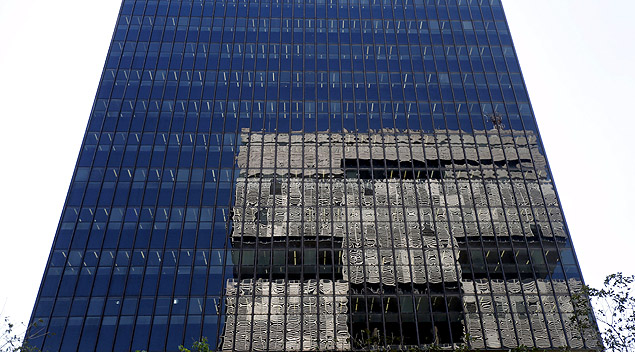 The headquarters of Brazilian Development Bank (BNDES) is pictured with the headquarters of oil company Petrobras reflected on its facade in downtown Rio de Janeiro, Brazil, August 10, 2015. To match BRAZIL-ECONOMY/INVESTMENTS REUTERS/Sergio Moraes/Files ORG XMIT: SMS101