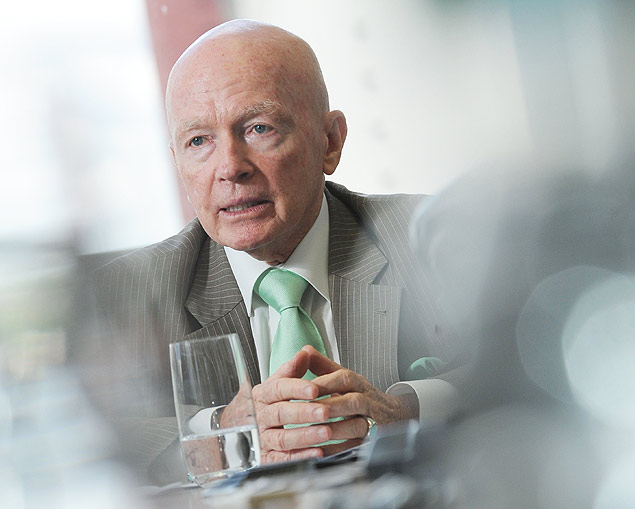 Data: 09/02/2015 Editoria: Financas Reporter: Thais Folego Gama Local: Sao Paulo Pauta: Coletiva sobre as perspectivas para os mercados emergentes em 2015. Personagem: Mark Mobius, presidente do Templeton Emerging Markets Group, durante a coletiva no escritorio da empresa em SP. Setor: Coletiva, mercado emergente. Fotos: Nilani Goettems/Valor ***FOTO DE USO EXCLUSIVO FOLHAPRESS***