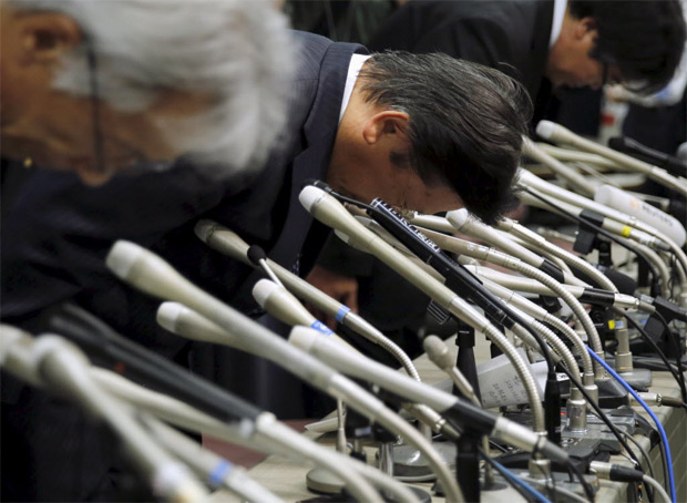 Mitsubishi Motors Corp's President Tetsuro Aikawa (C) bows deeply with other company executives during a news conference to brief about issues of misconduct in fuel economy tests at the Land, Infrastructure, Transport and Tourism Ministry in Tokyo, Japan, April 20, 2016. REUTERS/Toru Hanai ORG XMIT: TOK001