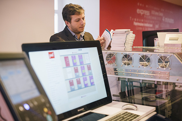 Alexandre Gaudefroy, manager of Presses Universitaires de France -- Le Puf for short -- bookstore looks at books printed by the store's Espresso book machine in Paris, May 26, 2016. The store, which shut 10 years ago because of falling profits and soaring rents, has a new location and business model: books printed before customersà very eyes in five minutes. (Dmitry Kostyukov/The New York Times) TIMES ORG XMIT: XNYT81 ***DIREITOS RESERVADOS. NÃO PUBLICAR SEM AUTORIZAÇÃO DO DETENTOR DOS DIREITOS AUTORAIS E DE IMAGEM***