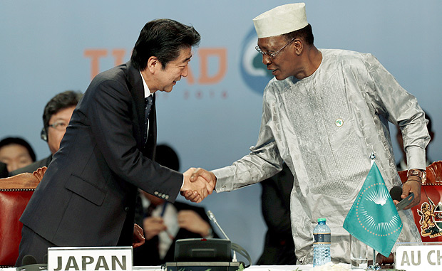 Japan's Prime Minister Shinzo Abe (L) greets Chairperson of the African Union (AU) and Chad's President Idriss Deby as they attend Sixth Tokyo International Conference on African Development (TICAD VI), in Kenya's capital Nairobi, August 27, 2016. REUTERS/Thomas Mukoya TPX IMAGES OF THE DAY ORG XMIT: GGGAFR105