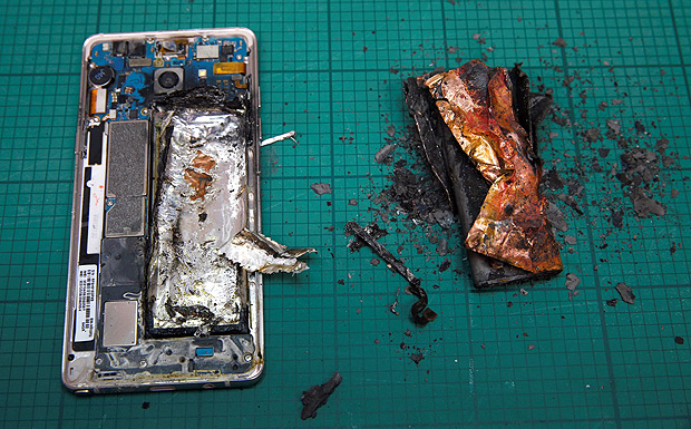 A Samsung Note 7 handset is pictured next to its charred battery after catching fire during a test at the Applied Energy Hub battery laboratory in Singapore October 5, 2016. REUTERS/Edgar Su ORG XMIT: ESU103