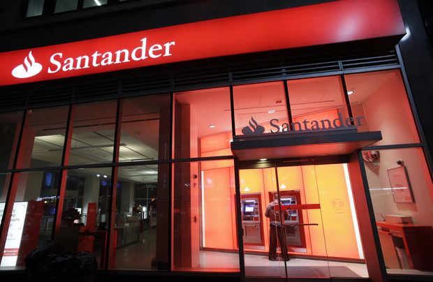Fachada da agência bancária do banco Santander, em Nova York (EUA). *** FILE - This Tuesday, Dec. 17, 2013 photo shows a branch of Santander bank, in New York. The Federal Reserve on Wednesday, March 11, 2015 announced it is barring the U.S. divisions of Spain's Santander and Germany's Deutsche Bank from paying any dividends, saying their planning for financial risks is inadequate. (AP Photo/Mark Lennihan, File) ORG XMIT: NYBZ154