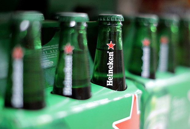 FILE PHOTO - Packs of Heineken beer are displayed for sale in a Casino supermarket in Nice, France, January 16, 2017. REUTERS/Eric Gaillard/File Photo ORG XMIT: RPA404