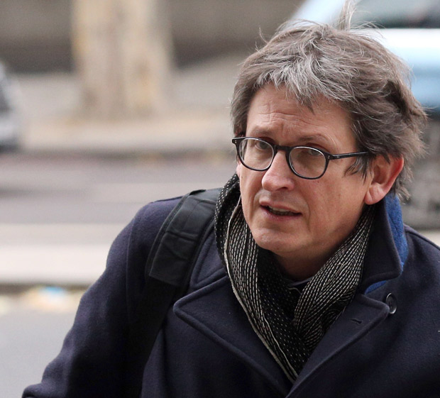 LONDON, ENGLAND - DECEMBER 03: Alan Rusbridger, the Editor of the Guardian newspaper, carries a copy of Peter Wright's book 'Spycatcher' as he arrives at Portcullis House to face questions from the Home Affairs Committee on December 3, 2013 in London, England. Mr Rusbridger is due to face questions about his newspaper's decision to publish material leaked by former NSA contractor Edward Snowden, which some have claimed to have been a threat to national security. (Photo by Oli Scarff/Getty Images) FOTO COM CSTO PARA ENTREVISTA DE SEGUNDA**** ORG XMIT: 453744085 ***DIREITOS RESERVADOS. NÃO PUBLICAR SEM AUTORIZAÇÃO DO DETENTOR DOS DIREITOS AUTORAIS E DE IMAGEM***