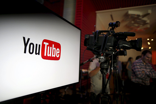 YouTube unveils their new paid subscription service at the YouTube Space LA in Playa Del Rey, Los Angeles, California, United States October 21, 2015. Alphabet Inc's YouTube will launch a $10-a-month subscription option in the United States on October 28 that will allow viewers to watch videos from across the site without interruption from advertisements, the company said on Wednesday. REUTERS/Lucy Nicholson ORG XMIT: LUC15