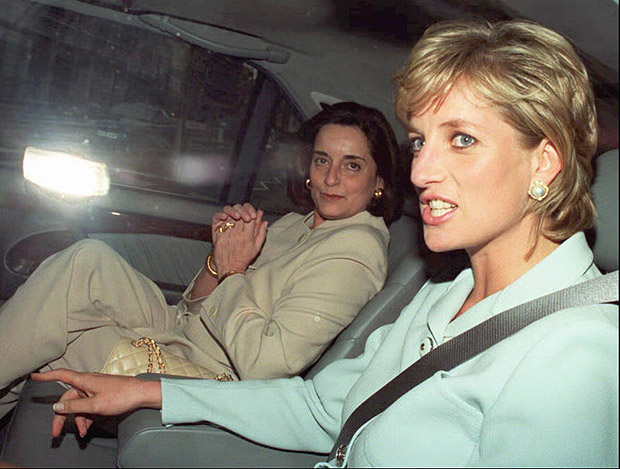 Diana e a embaixatriz brasileira, que é amiga da princesa, se encontram em Londres (Inglaterra). *** Britain's Princess of Wales and a friend identified as Lúcia Flecha de Lima, are driven from Duke's Hotel in London Friday, July 12, 1996 following the announcement that the Princess and her husband, Prince Charles are to divorce. Lawyers for the Royal couple announced Friday that they have agreed on a swift divorce, after three-and-a-half years of separation and public sniping and more than a decade of misery. Lawyers said the split would be final Aug. 28. [AP Photo/Peter Jordan]