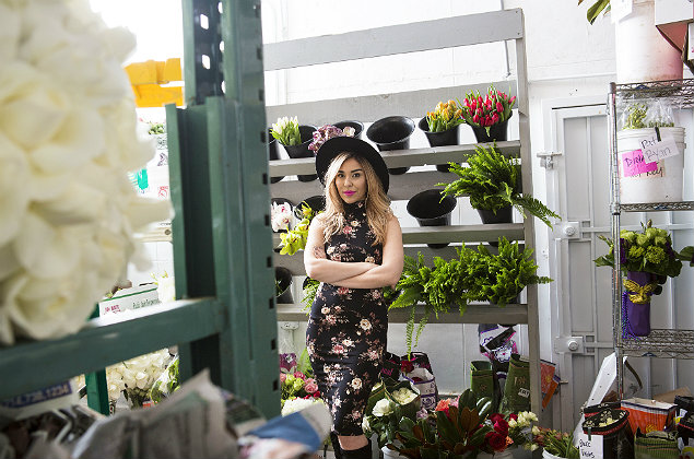 Kellee Khalil, founder of the wedding website Lover.ly., at The Hidden Garden, a floral shop, in Los Angeles, Dec. 29, 2016. A variety of start-ups like Khalil's are trying to cut down on wedding planning information overload by harnessing new technologies to capture a slice of a multibillion-dollar industry�€�î what some of have called the wedding-industrial complex. (Elizabeth Lippman/The New York Times) ORG XMIT: XNYT93 ***DIREITOS RESERVADOS. N�O PUBLICAR SEM AUTORIZA��O DO DETENTOR DOS DIREITOS AUTORAIS E DE IMAGEM***