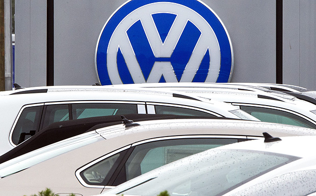 "(FILES) This file photo taken on September 29, 2015 shows the logo of German car maker Volkswagen at a dealership in Woodbridge, Virginia The US branch of embattled German carmaker Volkswagen announced on August 29, 2017 it was recalling 281,000 vehicles to fix a faulty fuel pump in another blow to the company's image. While the number is far smaller than the 11 million cars worldwide recalled in the ""dieselgate"" emissions cheating scandal, including about 600,000 vehicles in the United States, news of another problem comes as the company is trying to restore its image with customers. / AFP PHOTO / PAUL J. RICHARDS"