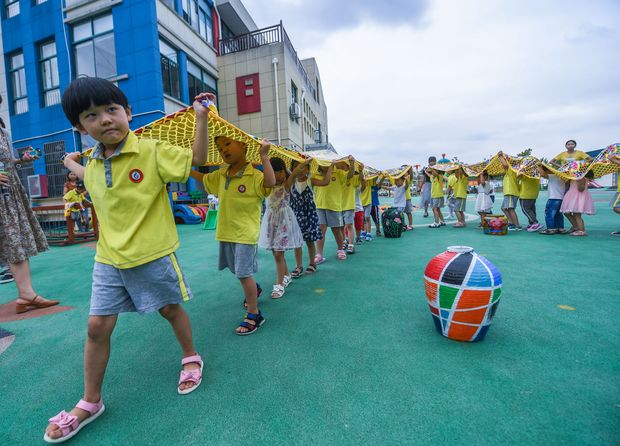 (170830) -- CHANGXING, Aug. 30, 2017 (Xinhua) -- Children of the Development Zone Central Kindergarten take part in a fun sport activity at the Sanhe Bay Wetland Park in Changxing County, east China's Zhejiang Province, Aug. 30, 2017. It is the first day of this semester and kindergarden here specially opened a class to teach children traditional cultures and carry out fun sport activities. (Xinhua/Xu Yu) (lfj)
